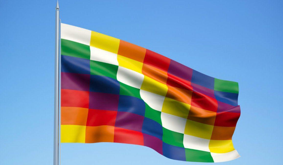 Derriban estatua de Colón en Colombia y reemplazan con bandera whipala.